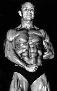"""Irwin """"Zabo"""" Koszewski 43 éves korában. Sohasem volt nagydarab, talán úgy 185 font(83-84kg) volt a legtöbb amelyet elért. Viszont kegyetlenül éles, erős is volt. Egy alkalommal kérték mutassa meg erejét, mire ő bemelegítés nélkül(!) szakított 100kg-ot, mindössze 77 kg-os testsúllyal."""