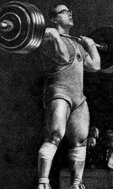 Jurij Vlaszov. A korai hatvanas évek legerősebb súlyemelője. 185 cm magas volt, és több, mint 136 kg, ekkor 215,5 kg-ot lökött. Nem heti rendszer szerint edzett a súlyokkal, hanem minden másnap. Kései nyilatkozataiban a napi többszöri edzést a doppingszerek térhódítáásval hozta összefüggésbe.