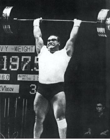 A nyomás új világcsúcsa Jurj Vlaszovtól. Rendkívüli termettel bírt, 187 cm magas, és 136,40 kg a mérlegeléskor. Felsőteste erősebb volt, mint bármely mai súlyemelőé, így egy 40 fokos padon képesnek bizonyult 235 kg -val 4 nyomásra.