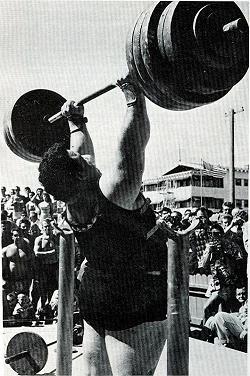 440 font. Hajszál híján 200 kg. A legnagyobb megörökített súly, amelyet nyomott Paul állványról kivéve.