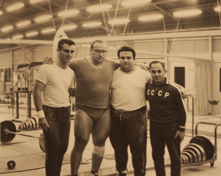 Baloldalt középen, a kétajtós szekrény: Jurij Vlaszov. Rettentő combjaival fél óra dolguk volt a masszőröknek mindennap. Jobb oldalon edzője, Szuren Bogdazarov.