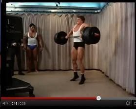 Arnold kiáll a súllyal - a sarok elszakad a dobogótól. Könyökét hátraviszi, miáltal a súlyt testközelben húzza. Herkules tehát tudta miként kell helyesen emelni, de a történet szerint itt elszállt az ereje.