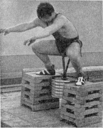 Az illusztráción bemutatja a deréköves guggolást a Szovjetunió Junior bronzérmese Alexei Yefimov.