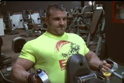 Ő egy másik Zoli aki szintén sok sorozattal edz bicepszre, csak ő nem naturál