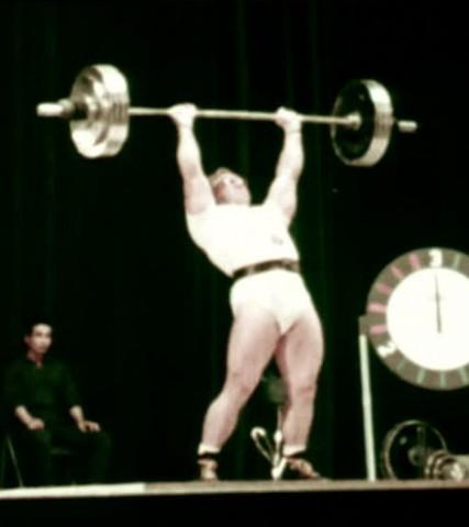 A legendás munkabírású Vlaszov a tokiói olimpián a nyomás új 197,5 kilós világcsúcsának beállítása közben.