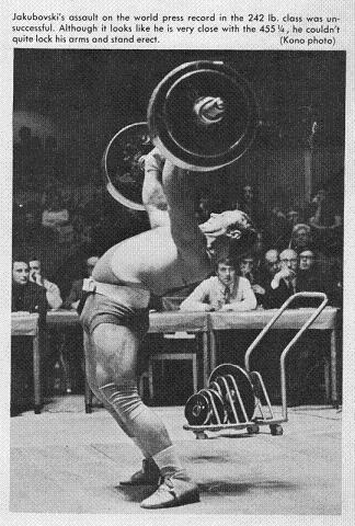 A nyomás végső formájában hátrahajlással kezdődött, amelyből hirtelen kiegyenesítették a törzset, majd éppoly hirtelen hátradőltek ismét. A képen Valerij Jabukovszki a 110 kilósok mezőnyében éppen 206,5 kg -ot teljesít.